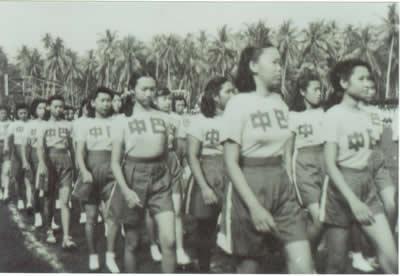 主席台上方为中国国徽,两边为中国国旗和印尼国旗;毛主席像悬挂在