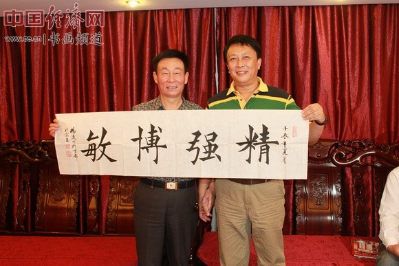 著名表演艺术家唐国强(右)与书画全才国礼大师杨进才(左)交流书画艺术并合影 李玉生摄